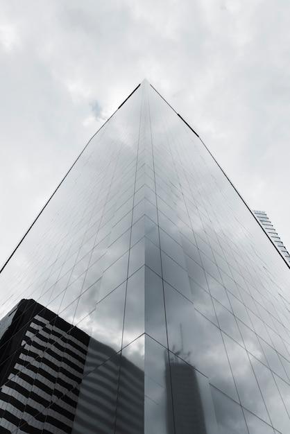 Lage hoek reflecterende gebouw grijswaarden Gratis Foto