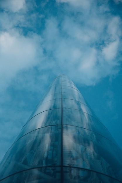 Lage hoek shot van een toren in oslo noorwegen als gevolg van de bewolkte blauwe hemel Gratis Foto