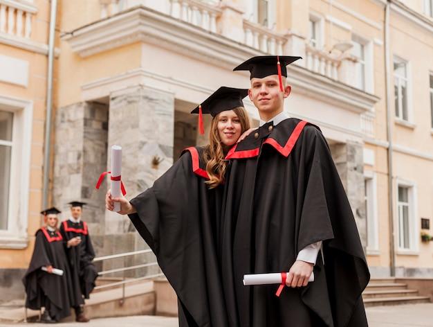 Lage hoek studenten met diploma Gratis Foto