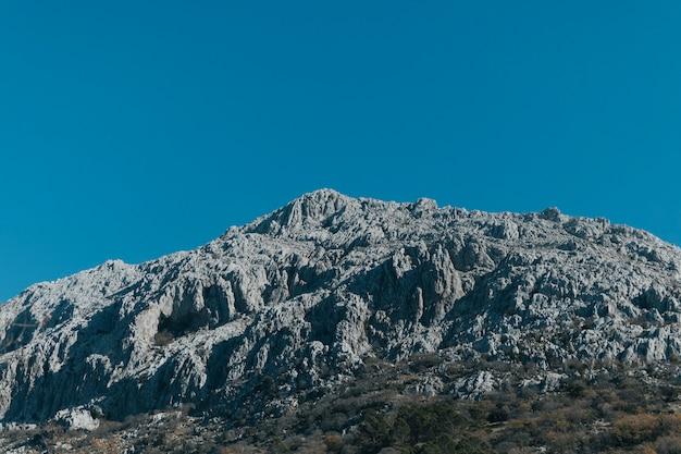 Lage hoek uitzicht stenen berg Gratis Foto