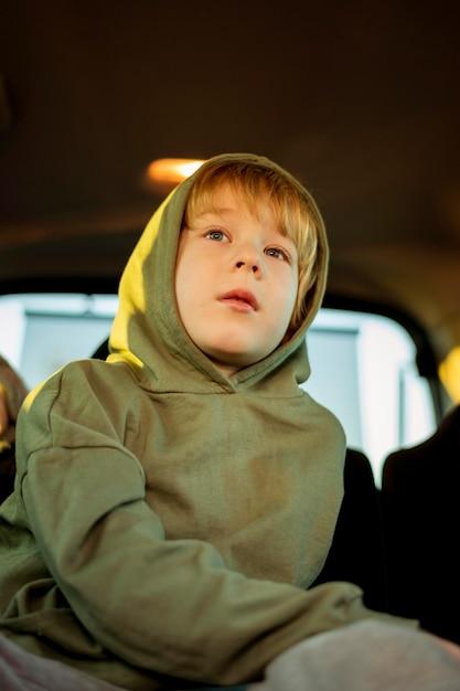 Lage hoek van het kind in de auto tijdens een roadtrip Gratis Foto