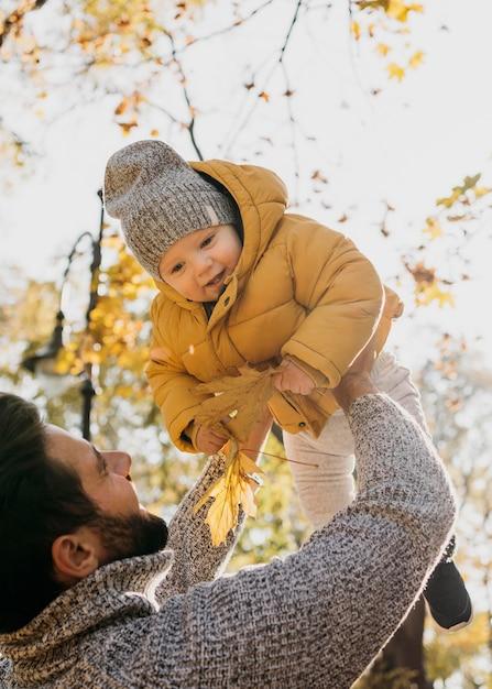 Lage hoek van vader en baby buitenshuis Gratis Foto