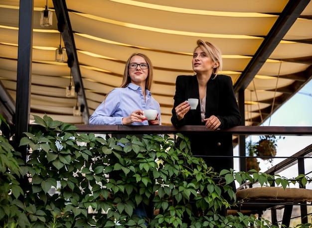 Lage hoek zakelijke vrouwen op koffie pauze Gratis Foto