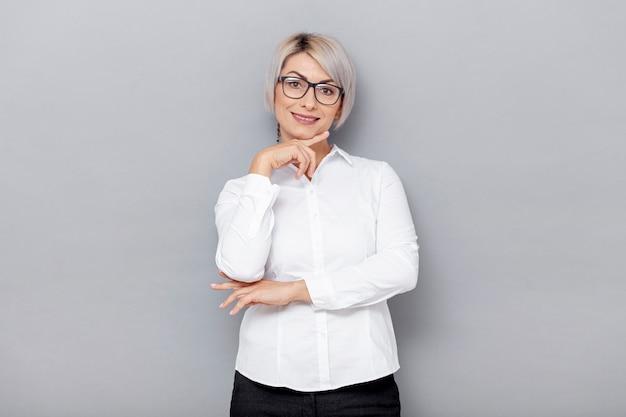 Lage hoek zakenvrouw met bril Gratis Foto