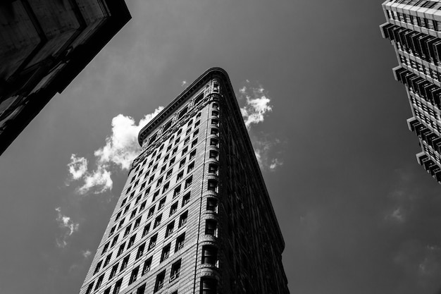 Lage hoek zwart-wit schot van het flatiron-gebouw in nyc Gratis Foto