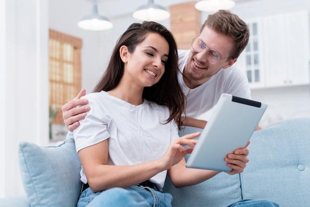 Lage hoekman en vrouw die op hun tablet kijken Gratis Foto