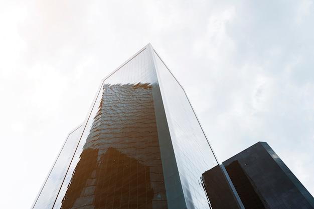 Lage hoekmening met grandioze gebouwen Gratis Foto
