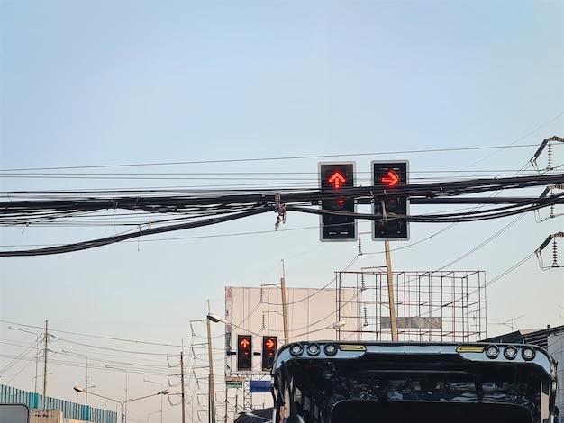 Lage hoekmening van rood verkeerslicht op kruispunt in thailand Premium Foto