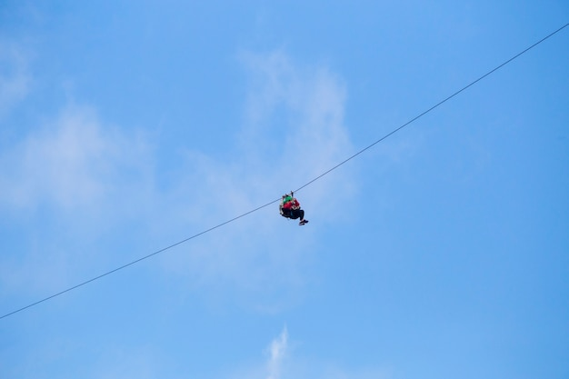 Lage hoekmening van toerist die een avontuur van de pitlijn berijden tegen blauwe hemel Gratis Foto