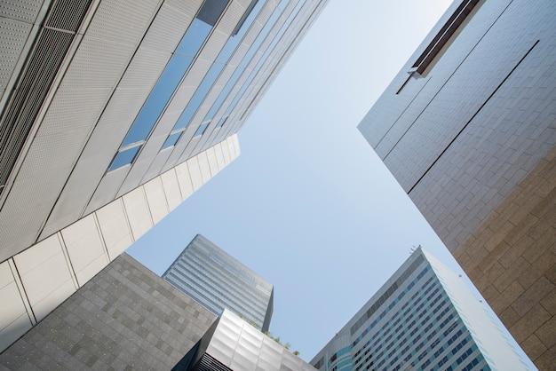 Lage hoekmening van wolkenkrabbers. Premium Foto