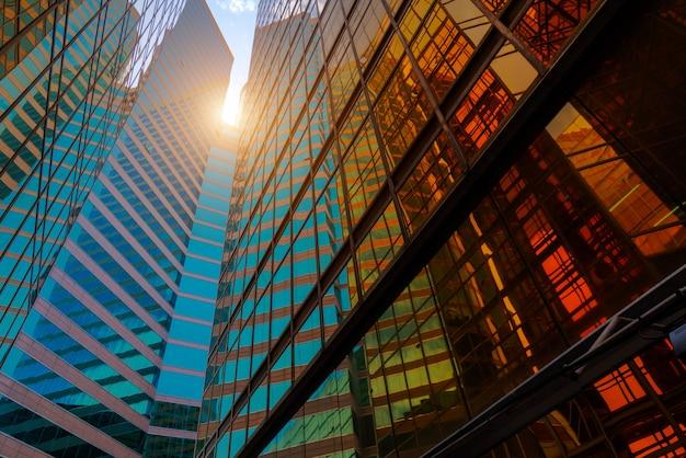Lage hoekmening van wolkenkrabbers Premium Foto
