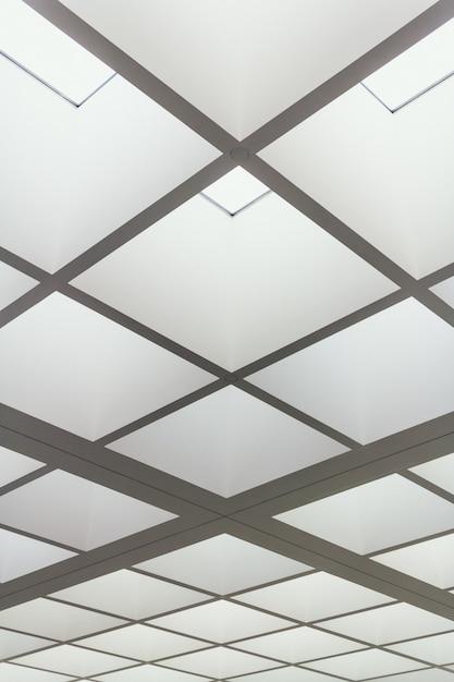 Lage hoekopname van het plafond van een gebouw gemaakt van helder verlichte vierkanten Gratis Foto