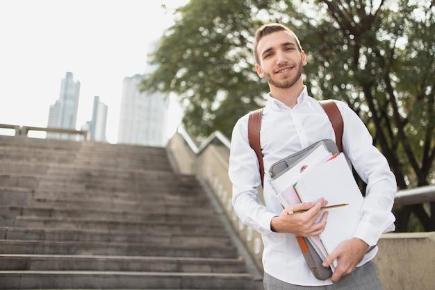 Lage mening van kerel die een wit overhemd draagt Gratis Foto
