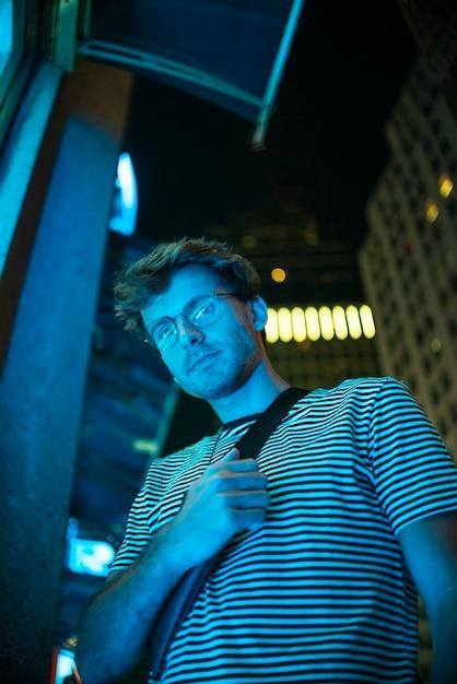 Lage weergave selfie van man met bril Gratis Foto