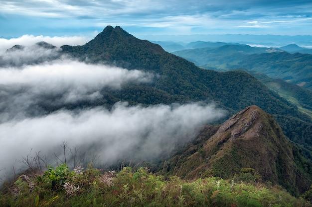 Lagen van bergen en mist bij zonsopgang in khun yuam, thailand Premium Foto