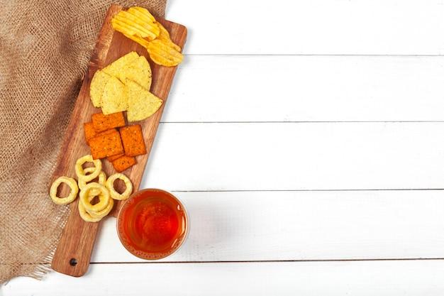 Lagerbierbier en snacks op houten lijst. Premium Foto