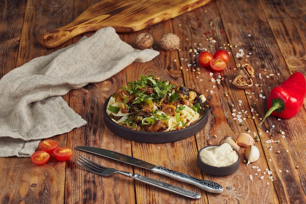 Lagman - pasta met rundvlees, georgische keuken op houten tafel Premium Foto