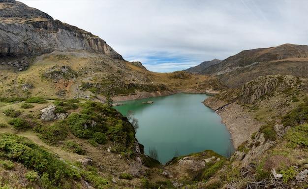 Lake de gloriettes op de gave d'estaube rivier in de haute pyreneeën. Premium Foto