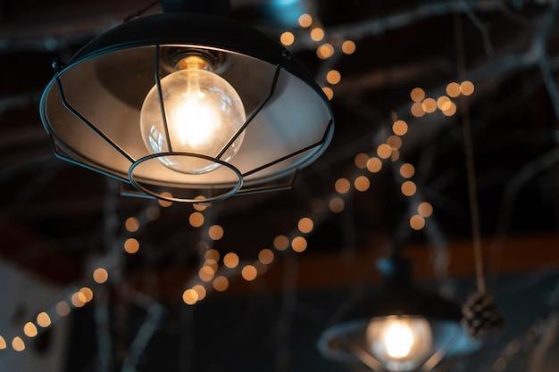 Lamp hangt buiten op donker Gratis Foto