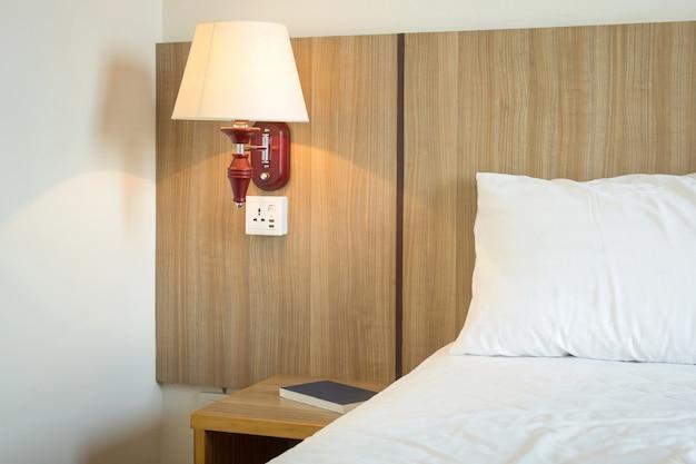Lamplicht op slaapkamer Premium Foto