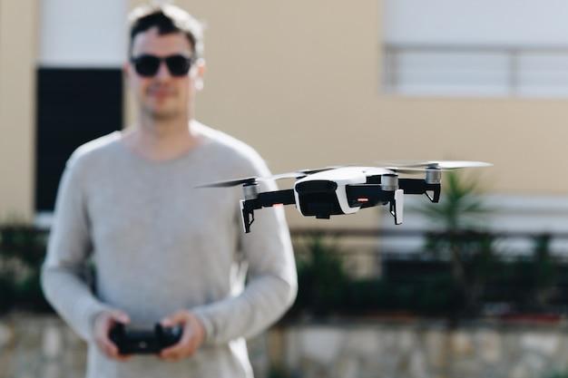 Lanceer en bekijk quadrocopter, drone Premium Foto
