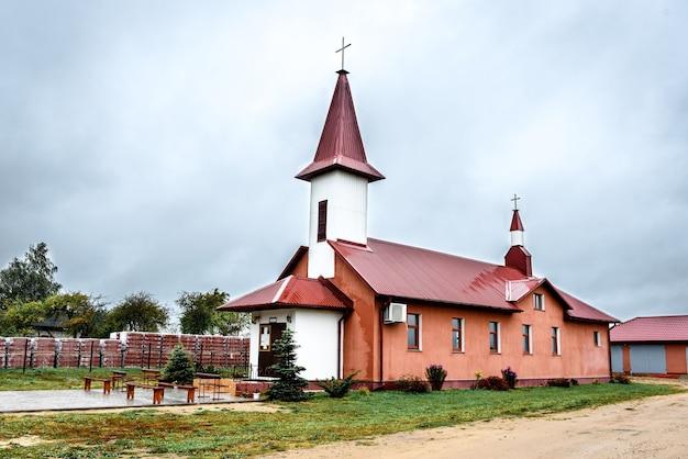 Land kleine kerk in wit-rusland. Premium Foto