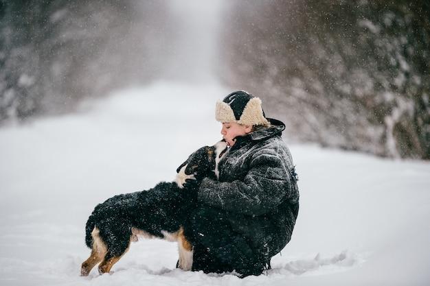 Land vrouw. volwassen vrouwtje wandelen met de hond. grappig de levensstijl openluchtportret van het de wintermeisje. Premium Foto