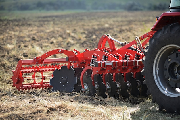Landbouwploegclose-up ter plaatse, landbouwmachines. Premium Foto