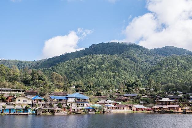Landelijk dorpje van de lokale boer bij het kleine stuwmeer in de vallei Premium Foto