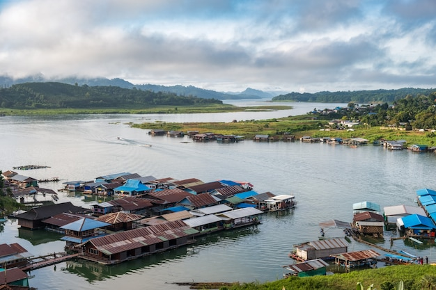 Landelijke dorp beroemde thaise mon levensstijl in sangkhlaburi Premium Foto