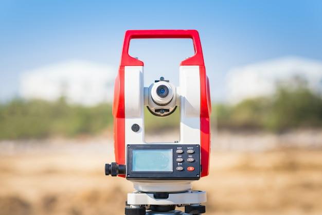Landmeter apparatuur tacheometer op de bouwplaats Premium Foto