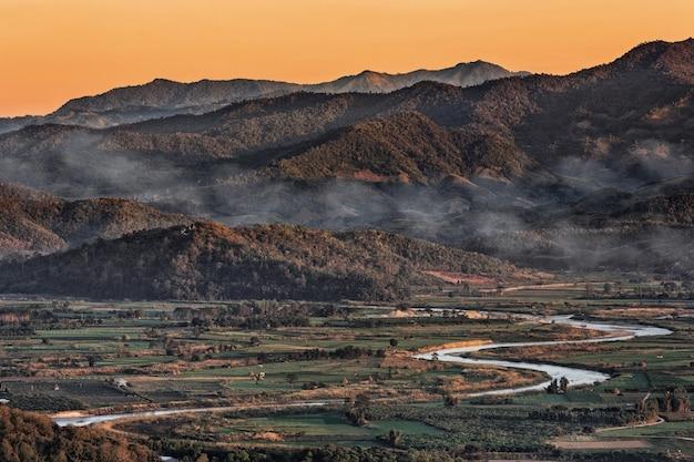 Landschap in chiang mai noordelijk van thailand met de rivier van kok en moutainachtergrond Premium Foto