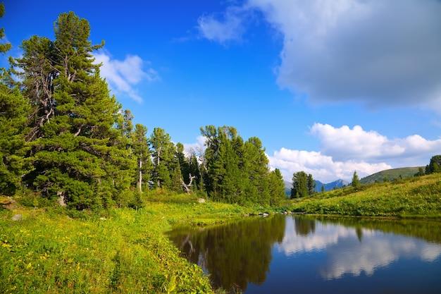 Landschap met bergenmeer Gratis Foto
