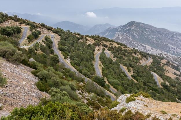 Landschap met kronkelende weg in de berg Premium Foto