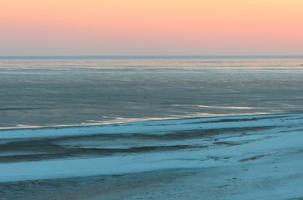 Landschap, mooie gouden zonsondergang, rode hemel over zout meer elton. Premium Foto