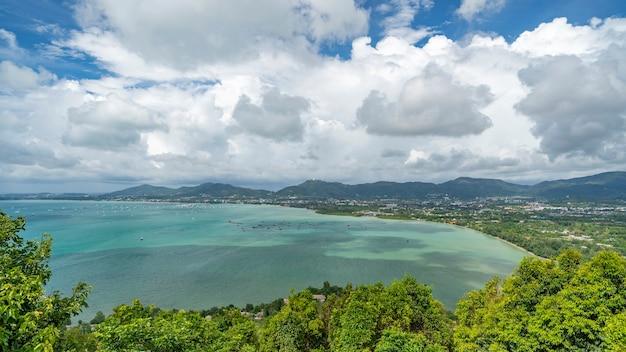 Landschap natuur uitzicht vanuit khao khad gezichtspunt phuket stad thailand, mooi weer dag mooi landschap landschap. Premium Foto