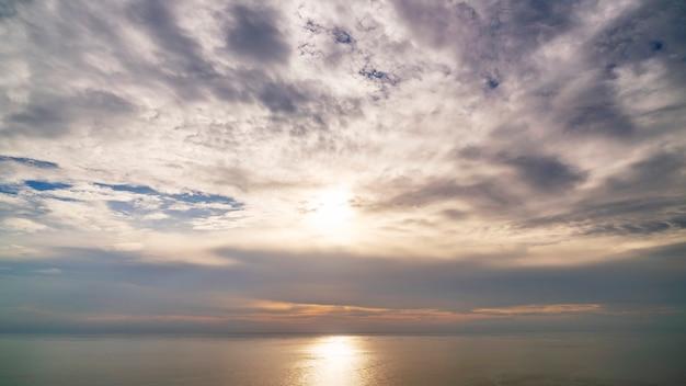 Landschap van aardhemel en wolken boven de zee. Premium Foto