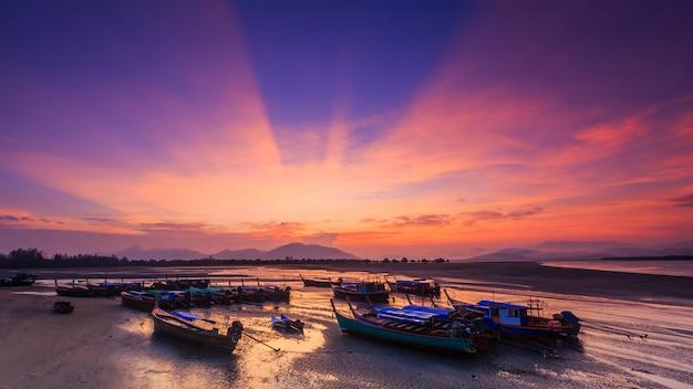 Landschap van bangben-baai in ranong, thailand Premium Foto
