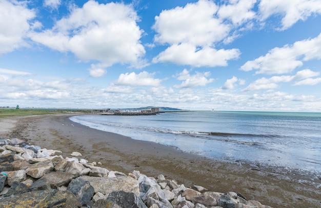 Landschap van de zeekust van de baai van dublin Premium Foto