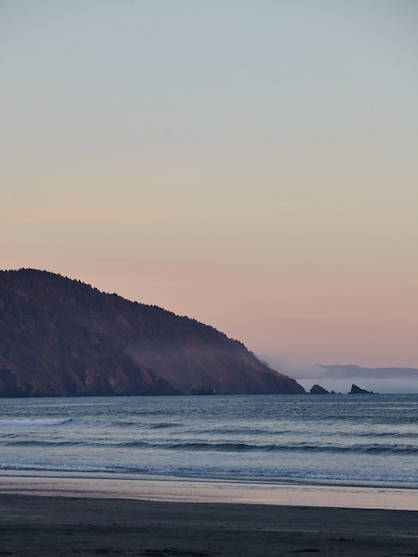 Landschap van een adembenemende zonsondergang boven de stille oceaan nabij eureka, californië Gratis Foto