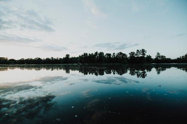 Landschap van een meer dat door bergen wordt omringd Gratis Foto