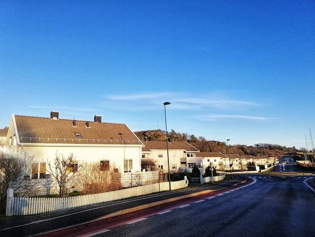 Landschap van een wijk vol huizen onder de heldere hemel in larvik, noorwegen Gratis Foto