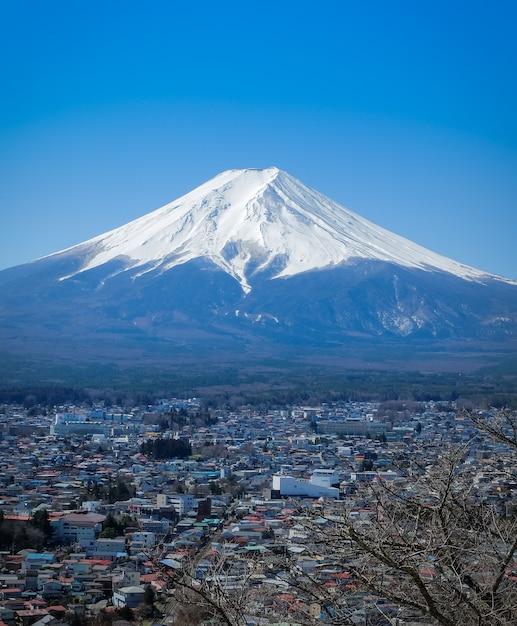 Landschap van fuji-berg in fujiyoshida. fuji is het beroemde natuurlijke oriëntatiepunt van japan. Premium Foto