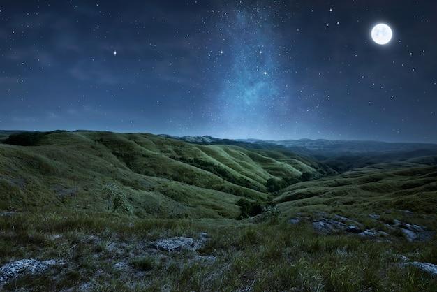 Landschap van groene heuvels met sterren Premium Foto