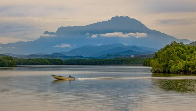 Landschap van mt kinabalu in sabah, borneo, maleisië Premium Foto
