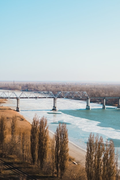 Landschap van spoorbrug over een bevroren rivier. Premium Foto