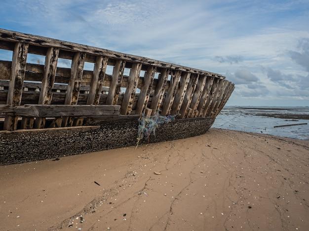 Landschap van stranden met zee en boot crasht, pattaya thailand. Premium Foto