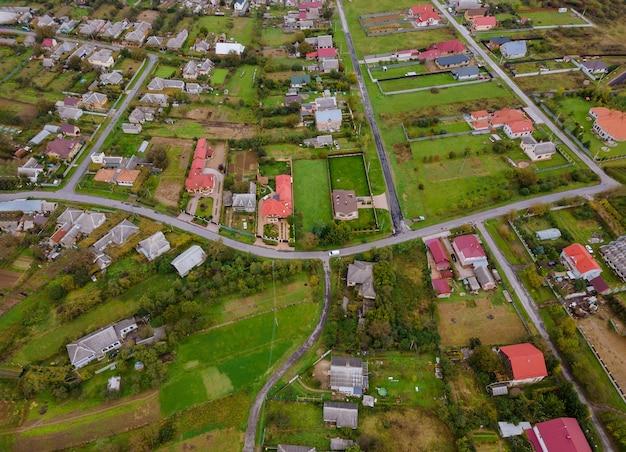 Landschap vanaf een hoogte van een dorp vanaf een hoogte, bovenaanzicht een hoogte met velden Premium Foto