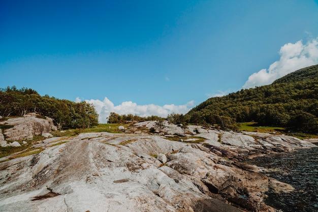 Landschap vol met rotsformaties Gratis Foto