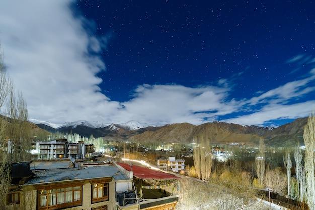 Landschapsbeeld van leh-stad met bergenmening en sterren in de hemel bij nacht Premium Foto